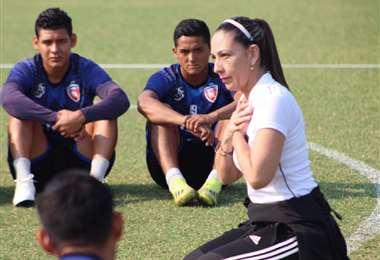 PIE DE FOTO: Tusnelda Flores brindando una charla a los jugadores de Royal Pari, club con el que trabaja en la actualidad. Foto: Internet