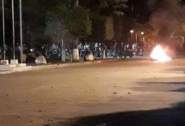 Momento de un nuevo ataque a la Policía en Yapacaní la noche del lunes