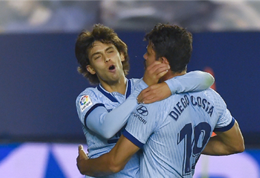 Joao Félix (izq.) anotó su segundo gol tras pase de Diego Costa
