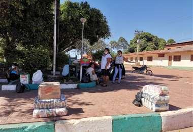 Los comunarios de Las Petas con víveres en la plaza matieña. Foto Juan Pablo Cahuana