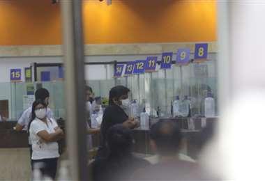 Las autoridades piden respetar las reglas de distanciamiento y seguir las reglas dictadas por las entidades financieras al momento de la atención. Foto: Ipa Ibañez