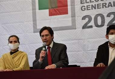 El presidente del TSE, durante la conferencia de prensa. APG Noticias
