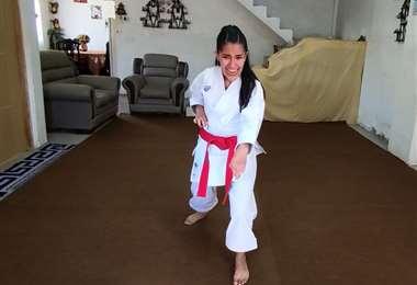 Ángela Avilés, del club cochabambino Kyokushin Dojo, se colgó la medalla de oro en la categoría damas experimentada, de 18 años en adelante. Foto: Feboka