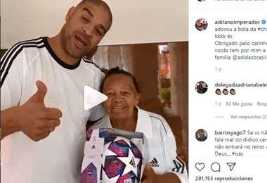 Adriano, junto a su abuela, en el video que público en su cuenta de Instagram. Foto: Captura de pantalla