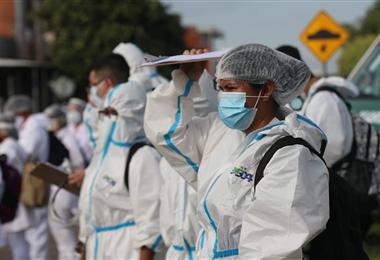 Los brigadistas de Santa Cruz salieron protegidos con trajes de bioseguridad. Foto. Ricardo Montero