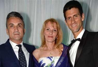 Djokovic (der) con sus padres. El serbio es el tenista número uno en el ranking ATP. Foto: internet