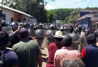LPolicías tratan de poner orden en Malacatán. Foto Prensa Libre