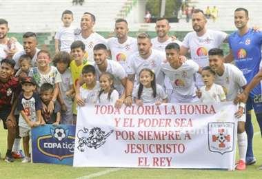 Plantel de Real Santa Cruz que este año volvió al seno del fútbol profesional boliviano. Foto: El Deber