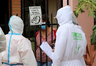 Los voluntarios visitan casa por casa en busca de personas que presenten síntomas de Covid-19. Ricardo Montero
