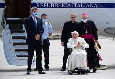 El expapa antes de abordar el avión de regreso a Roma. Foto AFP