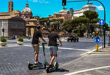 Jóvenes se movilizan por la Via dei Fori Imperiali en Roma. Foto AFP