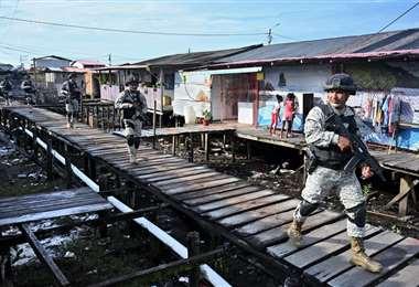 Soldados patrullan en la población de Tumaco. Foto AFP