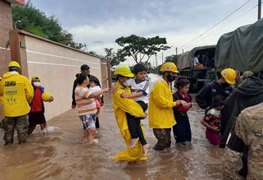 El agua inundó viviendas de dos barrios en la zona de la avenida G-77.