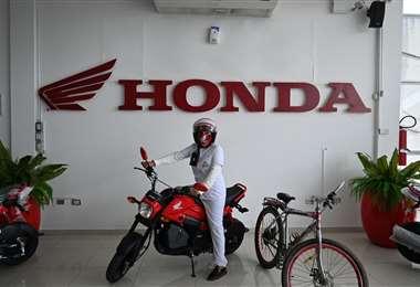 Mary Luz Salazar recibió hoy una motocicleta Honda Navi