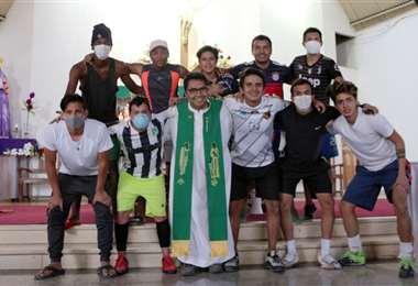 El grupo de jugadores colombianos posaron con el sacerdote David Cardozo en el aeropuerto de Cochabamba. Foto: internet