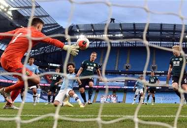 El español David Silva anotó uno de los cinco goles que el Manchester City le marcó al Burnley el lunes por la liga inglesa. Foto: AFP