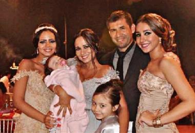 Ronald García junto a su cuatro hijas y su esposa