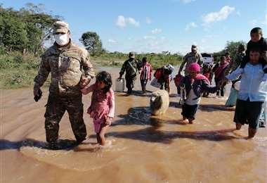 Las familias fueron evacuadas por los uniformados hasta una zona segura.