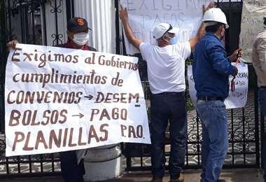 Los constructores llegaron a Amdecruz para exigir el pago de planillas