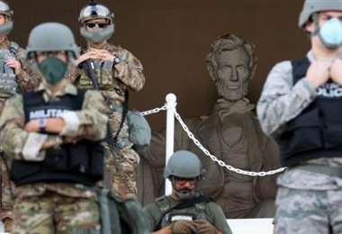 Las tropas listas para defender los monumentos. Foto Internet