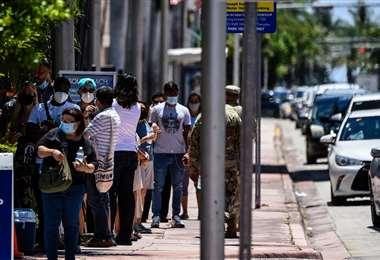 La gente hace fila para hacerse exámenes de coronavirus en Miami Beach. Foto AFP