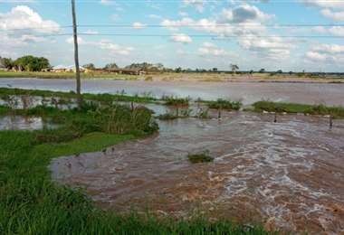 Los pobladores sacaron sus pertenencias hasta la carretera ante el avance del agua.