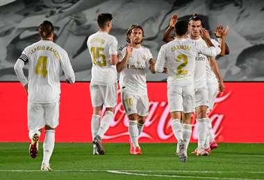 El festejo de los jugadores de Real Madrid, que este miércoles ganaron y recuperaron la punta en el torneo español. Foto: AFP