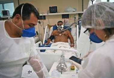 Un paciente con Covid-19 es atendido en un hospital de Niteroi, Río de Janeiro. Foto AFP
