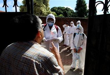 Brigadas médicas visitan hogares para detectar a personas con síntomas de Covid-19 en Santa Cruz. Foto. Ricardo Montero
