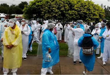 Muchos brigadistas este jueves salieron con impermeable para visitar los hogares en Santa Cruz. Foto. Gobierno Municipal