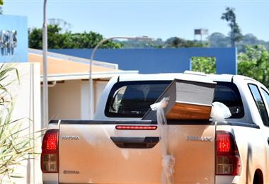 Una camioneta transporta un ataúd en las afueras del hospital de Cobija. Pando ayer reportó dos nuevos fallecidos por Covid-19. Foto. APG noticias