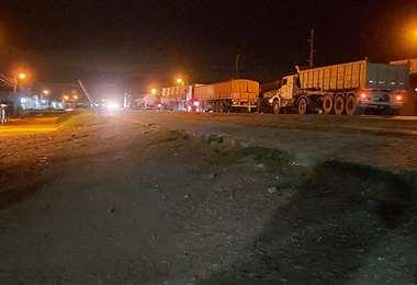 El bloqueo de la carretera se instaló la tarde de este martes. (Foto: Jesús Chara)