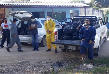 Grupos de jóvenes distribuyendo alimentos entre los más necesitados de Puerto Quijarro