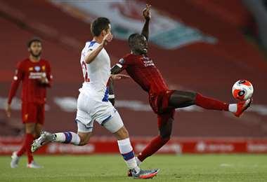 Mané se apresta a definir. Es una de las figuras de este Liverpool campeón. Foto: AFP