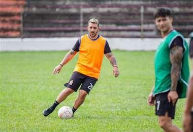 Marcel Román se lleva la pelota durante un entrenamiento del equipo albo. Foto: internet
