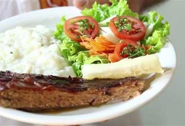 El keperí es un rico plato que lleva carne de res, arroz con queso, ensalada y yuca