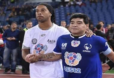 Ronaldinho y Maradona durante un partido benéfico. Tienen buena relación. Foto: Internet