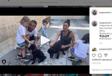 Sergio Ramos con su familia completa y los dos cachorros recién llegados a casa. Foto: Captura de pantalla