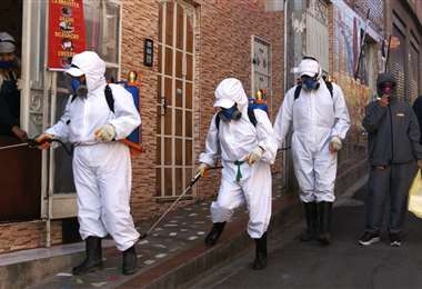 Brigadas desinfectan las calles contra el Covid-19. Foto APG