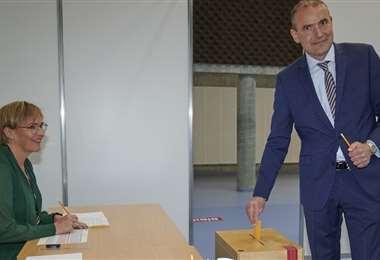 Elpresidente islandés emite su voto en Gardabaer. Foto AFP