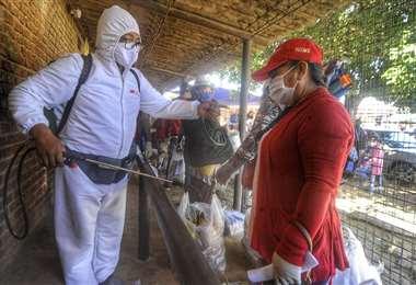 Desinfección en el ingreso a Palmasola (Foto: EL DEBER)