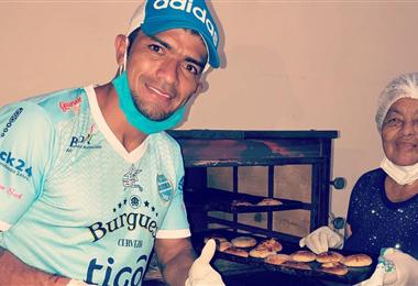 Gabriel Ríos junto a su abuela cuando hacía pan para distribuir entre los más necesitados