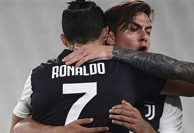 Cristiano Ronaldo en pleno festejo con Paulo Dybala. Foto: AFP
