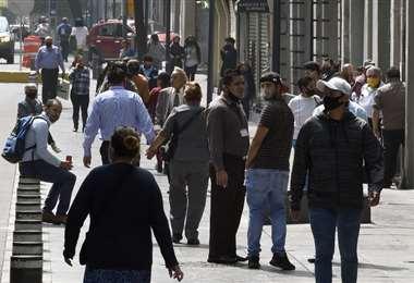 La gente salió a las calles en el primer día de desconfinamiento en la Ciudad de México. Foto AFP