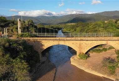 Este puente histórico es de piedra y por ahí pasaron los soldados bolivianos del occidente hacia las candentes arenas del Chaco, durante la Guerra con Paraguay. Foto: Juan Carlos Montaño.