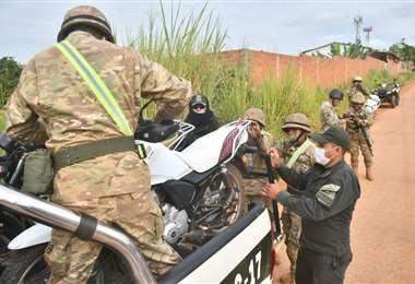 Policías y militares controlan la frontera en Cobija. foto: APG