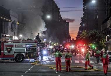 Dos bomberos muertos y 15 heridos por explosiones en perfumería en Argentina