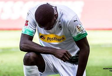 Marcus Thuram, del Borussia Mönchengladbach, se puso de rodillas para homenajear a George Floyd. Foto: Internet