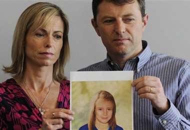 Lo padres con la foto de su hija desaparecida. Foto Internet