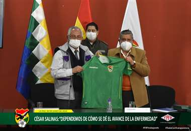 Víctor Hugo Cárdenas, Ministro de Educación, Culturar y Deportes, posa para la foto con César Salinas, presidente de la FBF. Ambos sostienen la camiseta de la selección. Foto: FBF